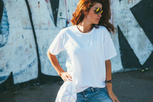 白Tシャツ女子の悩みを解決!透けにくいアイテムとインナーによる対策をご紹介