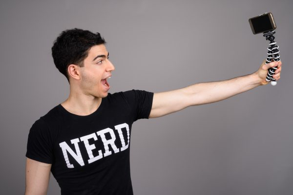 ネット動画配信者に見るオシャレなアピールTシャツの演出方法