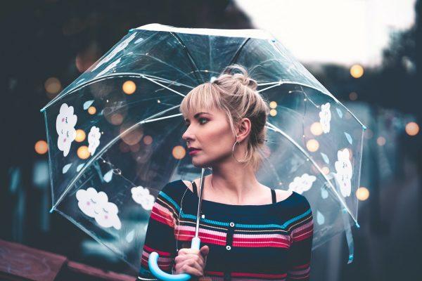 梅雨時期でもオシャレを楽しむ!30代・40代のオススメ大人コーデ