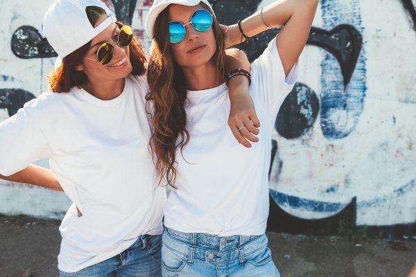 「Tシャツ前だけin」のオシャレな着こなしと定番コーデアイテム
